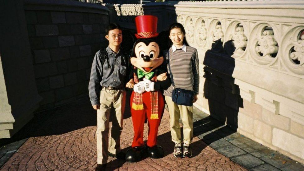 ミッキーマウスと記念写真